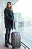 Femme à l'aéroport en hiver Photos stock