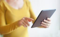 Femme à l'aide d'un comprimé numérique Photo stock