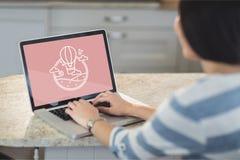 Femme à l'aide d'un ordinateur avec l'icône de voyage sur l'écran Image stock