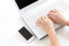 Femme à l'aide d'un ordinateur portatif photo libre de droits