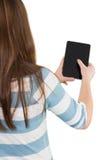 Femme à l'aide d'un PC de comprimé Image stock