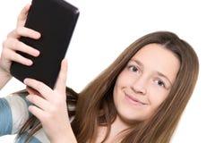 Femme à l'aide d'un PC de comprimé Images stock