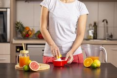 Femme à l'aide d'un presse-fruits de citron image libre de droits
