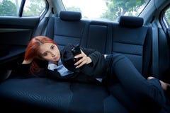 Femme à l'aide d'un téléphone intelligent Photos stock