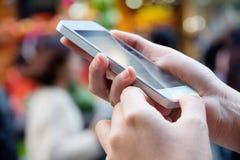 Femme à l'aide d'un téléphone intelligent Photo libre de droits