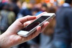 Femme à l'aide d'un téléphone intelligent Photos libres de droits