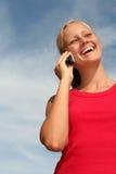 Femme à l'aide d'un téléphone portable Images libres de droits