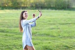 Femme à l'aide d'une fronde photographie stock libre de droits