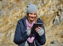 Femme à l'aide d'une tablette Photographie stock