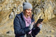 Femme à l'aide d'une tablette Image libre de droits