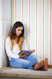 Femme à l'aide d'une tablette digitale Photo stock