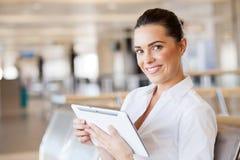 Femme à l'aide de l'ordinateur de tablette Photographie stock