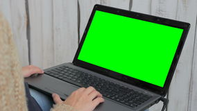 Femme à l'aide de l'ordinateur portable avec l'écran vert clips vidéos