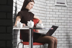 Femme à l'aide de l'ordinateur portable en café Photo libre de droits