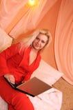 Femme à l'aide de l'ordinateur portatif à la maison Photographie stock