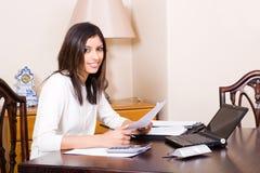 Femme à l'aide de l'ordinateur portatif Image stock