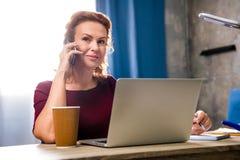 Femme à l'aide de l'ordinateur portatif Photo libre de droits