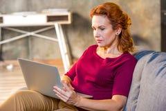 Femme à l'aide de l'ordinateur portatif Photographie stock libre de droits