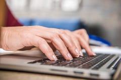 Femme à l'aide de l'ordinateur portatif Image libre de droits