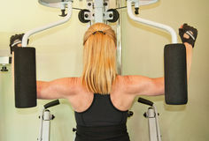 Femme à l'aide de la machine d'exercice Photos stock