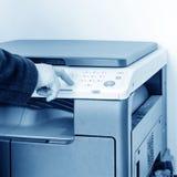 Femme à l'aide de la machine de copie image stock