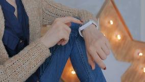 Femme à l'aide de la montre intelligente à la maison banque de vidéos