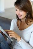 Femme à l'aide de la tablette électronique Photos stock