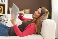 Femme à l'aide de la tablette images libres de droits