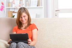 Femme à l'aide de la tablette photos stock