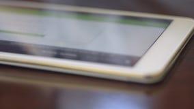 Femme à l'aide de la Tablette avec le stylet banque de vidéos