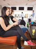 Femme à l'aide de la Tablette de Digital dans le club de bowling Image stock
