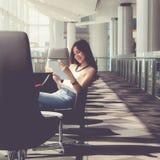 Femme à l'aide de la tablette digitale photographie stock