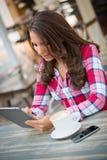 Femme à l'aide de la tablette digitale Image stock