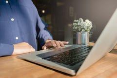 Femme à l'aide de l'ordinateur portable, recherchant le Web, l'information de lecture rapide, ayant Photo stock