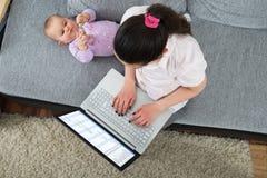 Femme à l'aide de l'ordinateur portatif images stock