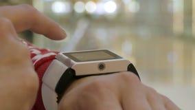 Femme à l'aide de sa montre intelligente, d'intérieur banque de vidéos