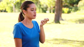 Femme à l'aide de son inhalateur banque de vidéos