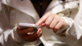 Femme à l'aide de son téléphone portable clips vidéos