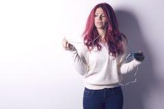 Femme à l'aide des écouteurs de téléphone intelligent Images libres de droits