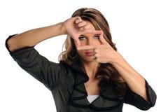 Femme à l'aide des mains pour encadrer le visage photos libres de droits
