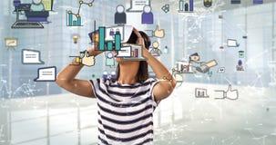 Femme à l'aide du casque de réalité virtuelle avec les icônes digitalement produites 4k d'affaires banque de vidéos
