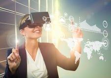 Femme à l'aide du casque de réalité virtuelle avec les icônes digitalement produites Photographie stock libre de droits