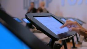 Femme à l'aide du comprimé interactif d'affichage d'écran tactile au musée d'histoire moderne