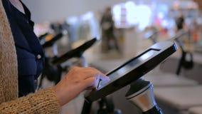 Femme à l'aide du comprimé interactif d'affichage d'écran tactile au musée moderne juif