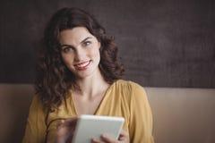 Femme à l'aide du comprimé numérique dans le restaurant photo stock