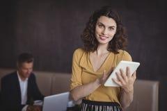 Femme à l'aide du comprimé numérique dans le restaurant photographie stock libre de droits