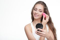 Femme à l'aide du mélangeur de beauté photographie stock libre de droits