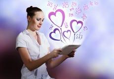 Femme à l'aide du PC de tablette Photos libres de droits