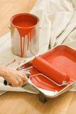 Femme à l'aide du rouleau de peinture. Photographie stock
