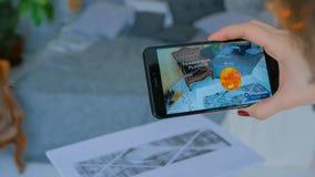 Femme à l'aide du smartphone avec la réalité augmentée APP photographie stock libre de droits